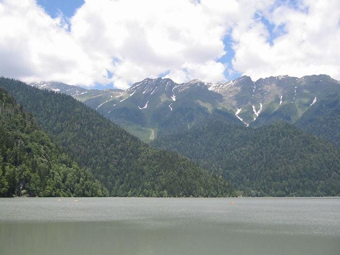 روعة الاستمتاع بالطبيعة الخلابة في بحيرة ريتسا
